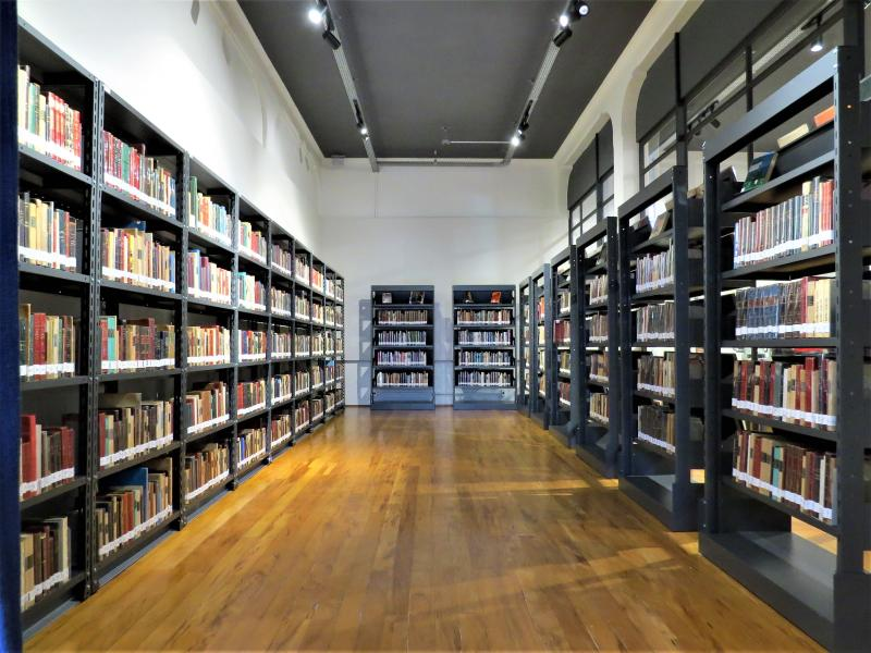 Claretiano inaugura 'Espaço José Olympio' com mais de 2,8 mil livros do editor em Batatais